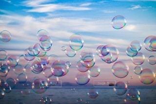 空と海とシャボン玉の写真・画像素材[3407190]