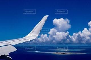 蒼の中を飛ぶの写真・画像素材[3407199]