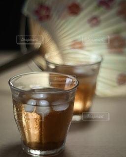 お風呂上がりはうちわと麦茶の写真・画像素材[3587011]