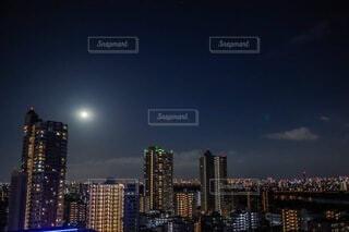 都市の夜景と満月の写真・画像素材[3720286]