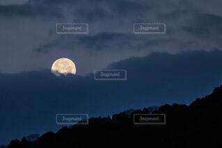 沈みゆく満月の写真・画像素材[3720289]