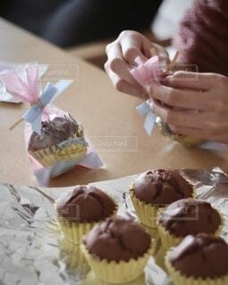 美味しく焼けたチョコマフィンをラッピングの写真・画像素材[4182959]