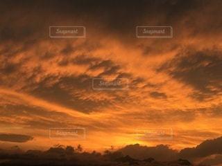 夕暮れ時の空の雲の写真・画像素材[3395854]