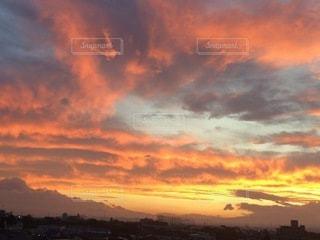 日没時の空の雲の群れの写真・画像素材[3395878]