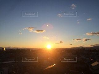 日没時に何か飛ぶの写真・画像素材[3395890]