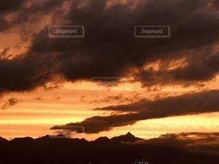 日没時の空の雲の群れの写真・画像素材[3398951]