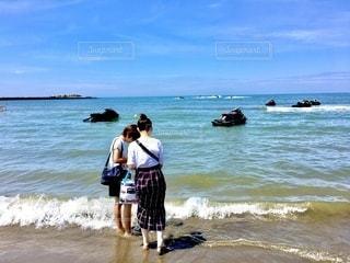 浜辺で何見つけた?の写真・画像素材[3545500]