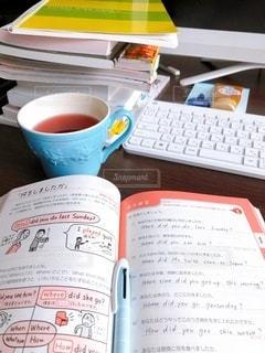 屋内,室内,パソコン,カップ,お茶,デスク,勉強,手書き,自宅,テキスト,自習,学習,自宅学習