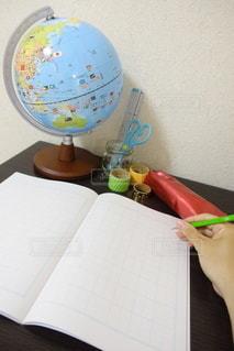屋内,室内,手,机,ノート,勉強,文房具,鉛筆,コピースペース,地球儀,自宅,自習,学習,ホワイトバック,自宅学習