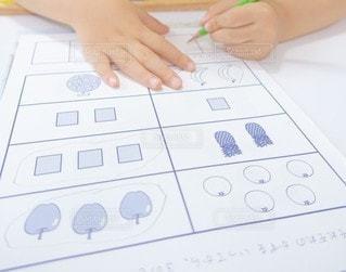 屋内,室内,手,勉強,宿題,鉛筆,幼稚園,自宅,左利き,えんぴつ,自習,学習,さんすう,自宅学習