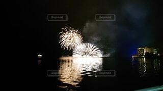 水の体の上に花火の写真・画像素材[3687047]