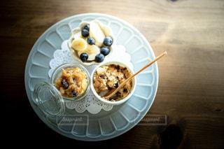 シナモンリンゴジャムとクランブル、バナナとブルーベリーのおやつの写真・画像素材[3366112]