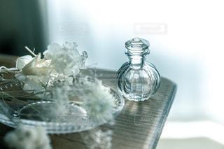 テーブルの上のお気に入りの雑貨たちの写真・画像素材[3368690]
