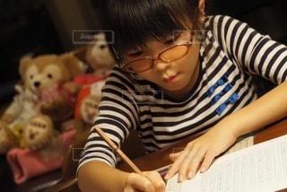 10代,リビング,屋内,室内,女の子,勉強,おうち,自宅,自習,学習,自宅学習