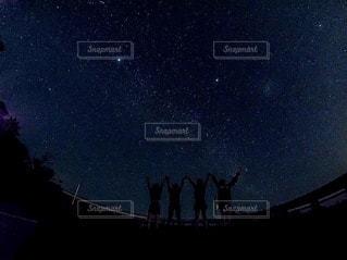 夜を見上げる空の景色の写真・画像素材[3375472]