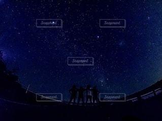 夜を見上げる空の景色の写真・画像素材[3375504]