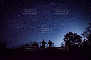 星空と手繋ぎシルエットの写真・画像素材[3376899]