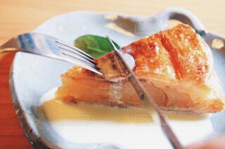 りんごの皿の上のケーキのクローズアップの写真・画像素材[4350195]