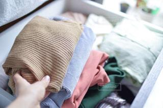 冬服を畳む女性の手元の写真・画像素材[4375573]