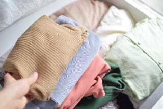 冬服を畳んで重ねて衣替えをする手元の写真の写真・画像素材[4375572]