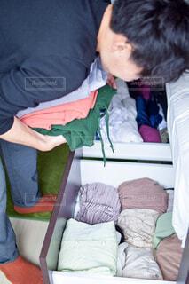 畳められた服を取り出す人の写真・画像素材[4375588]