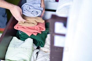 冬服を畳んでまとめる人の写真・画像素材[4375596]