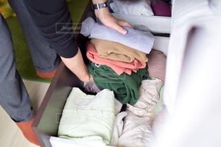 ベッドの下の服を衣替え始めるの写真・画像素材[4375590]