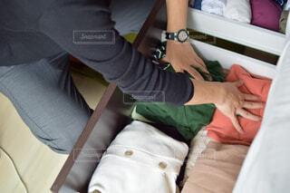 衣替えを始めようとする人の写真・画像素材[4375592]