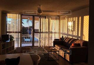 大きな窓が部屋中をオレンジに染めるの写真・画像素材[4409946]