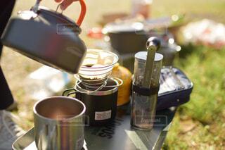 キャンプでコーヒーを挽いて淹れるの写真・画像素材[4423307]