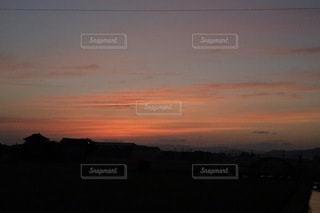 背景に夕日があるの写真・画像素材[3397280]