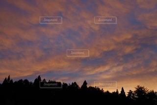 水の体に沈む夕日の写真・画像素材[3397287]