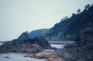 背景に山のある水の体の写真・画像素材[3545000]