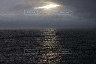 水の体に沈む夕日の写真・画像素材[3544999]