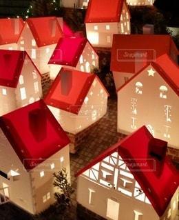 赤い家が並んだクリスマスのイルミネーションの写真・画像素材[3389415]