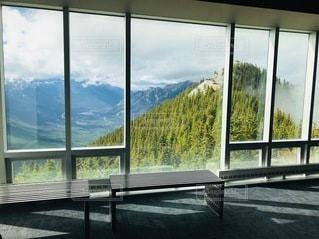 大きな窓の眺めの写真・画像素材[3378582]