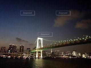 都市を背景にした水の体に架かる橋の写真・画像素材[3378618]