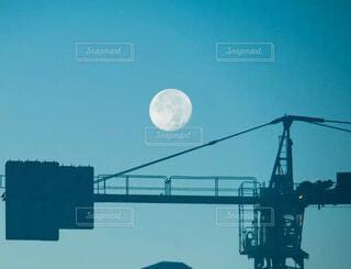 ビル建設現場のクレーンと青空の満月の風景の写真・画像素材[4840133]