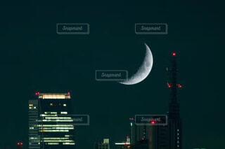 自然,風景,空,建物,夜,夜景,屋外,夕暮れ,ネオン,ライト,都会,月,道,旅行,高層ビル,日本,オフィスビル,明るい,ビジネス,名古屋,半月,不動産,テキスト,綺麗な半月の風景