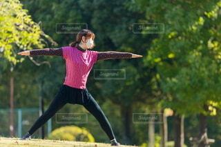 夏の公園でストレッチをやる女性の写真・画像素材[4842581]