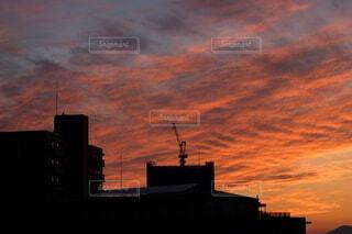 都市の鮮やかな夕焼けとマンションの建設現場の写真・画像素材[4843685]