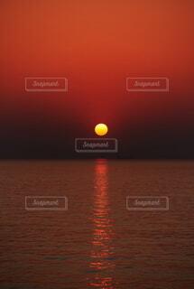 海面に沈む鮮やかな太陽の様子の写真・画像素材[4845036]