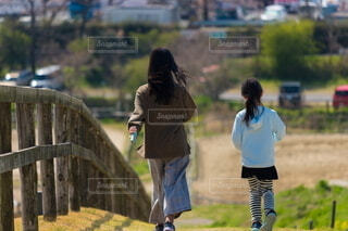 春の農地で散歩している子供姉妹の写真・画像素材[4846267]