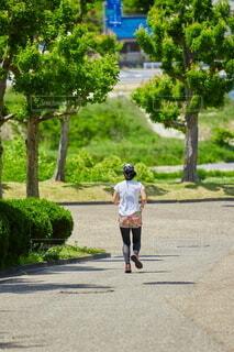 夏の公園でジョギングしている若い女性の写真・画像素材[4846288]