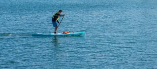 穏やかな海面でサップボードをしている男性の写真・画像素材[4872290]