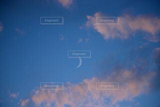 自然,風景,空,屋外,雲,青空,青,夕焼け,月,くもり,コピースペース,新月