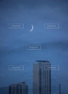 自然,風景,空,街並み,ビル,屋外,雲,青空,都会,月,高層ビル,日本,名古屋,コピースペース,マンション,日中,不動産,新月,都市景観