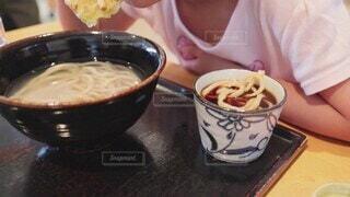 店でうどんを食べる可愛い子供の写真・画像素材[4863707]