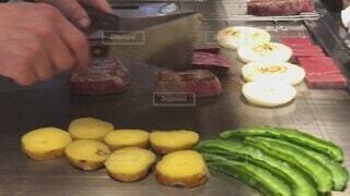 食べ物,食事,屋内,フード,野菜,人物,人,料理,焼肉,調理,美味しい,和牛,ステーキ,鉄板焼き,ファストフード,飲食,神戸牛