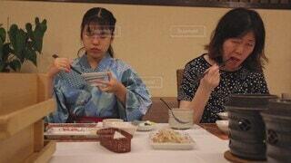 女性,食べ物,風景,夏,食事,屋内,親子,子供,母親,フード,楽しい,テーブル,人物,壁,人,旅行,食器,日本,ホテル,料理,和食,旅館,ライフスタイル,ファストフード,スナック,飲食,会席料理,人間の顔,楽しい美味しい